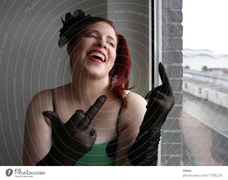 . Mensch schön Wand Leben Bewegung feminin Mauer lachen braun Fröhlichkeit Energie Lebensfreude Coolness Kleid Mut Wachsamkeit