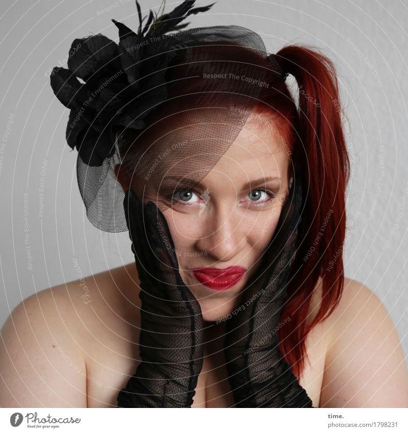 . feminin 1 Mensch Schmuck Handschuhe Haarschmuck Haare & Frisuren rothaarig langhaarig Zopf beobachten festhalten Lächeln Blick warten elegant schön Freude