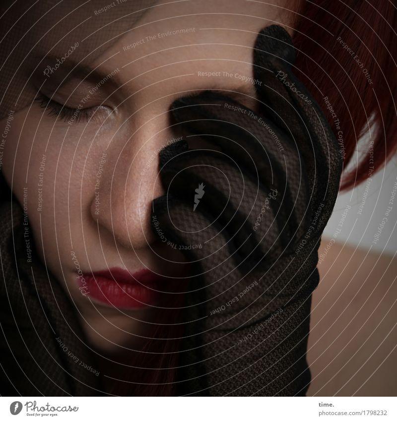 . Mensch Frau Einsamkeit Erwachsene Traurigkeit feminin Stoff Schmerz Sorge rothaarig Erschöpfung Enttäuschung Handschuhe