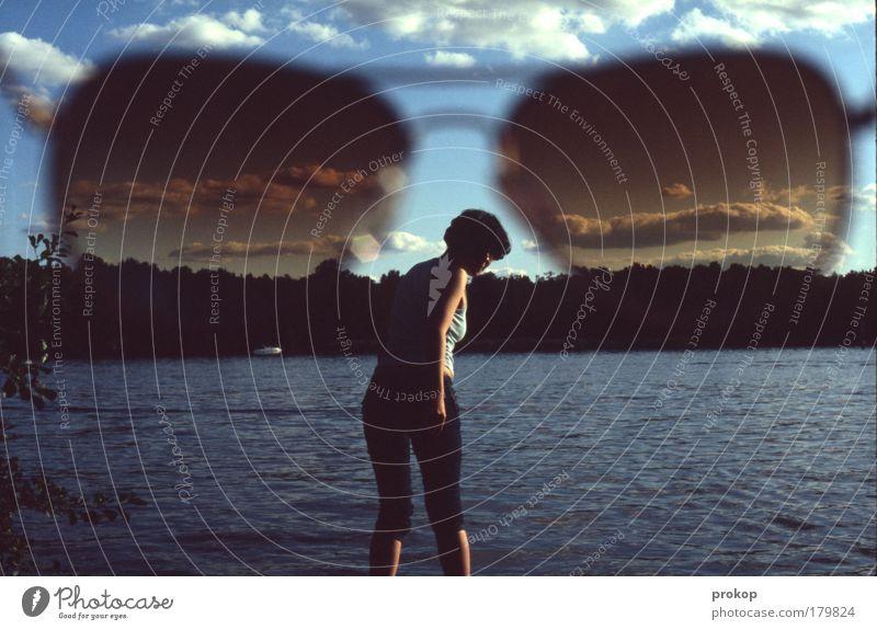 Looking Glass Mensch Frau Himmel Natur Jugendliche Ferien & Urlaub & Reisen Sommer Freude Wolken Erwachsene Erholung Ferne Umwelt Landschaft feminin Küste