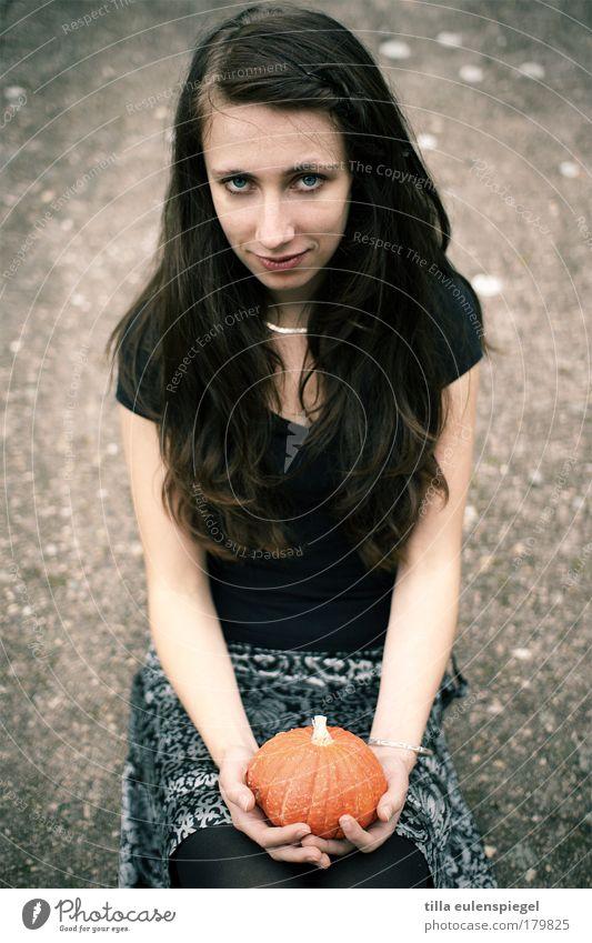 pumpkin Mensch Jugendliche schön schwarz ruhig Erwachsene Herbst feminin grau braun sitzen natürlich T-Shirt 18-30 Jahre beobachten dünn