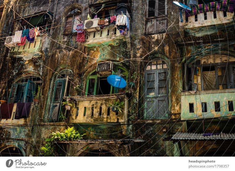 Häuserfront in Yangon alt Haus Reisefotografie Gebäude Fassade Tourismus Wohnung dreckig authentisch Armut kaputt Asien Hauptstadt Stadtzentrum Altstadt