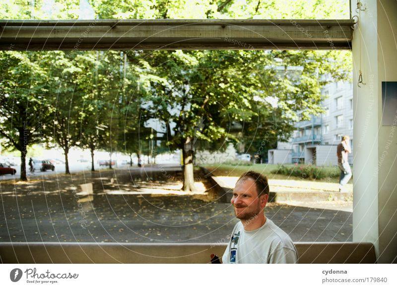 Tach schön! Mensch Mann Natur Baum Freude Erwachsene Haus Leben Fenster Umwelt Freiheit träumen Park lustig Zufriedenheit einzigartig