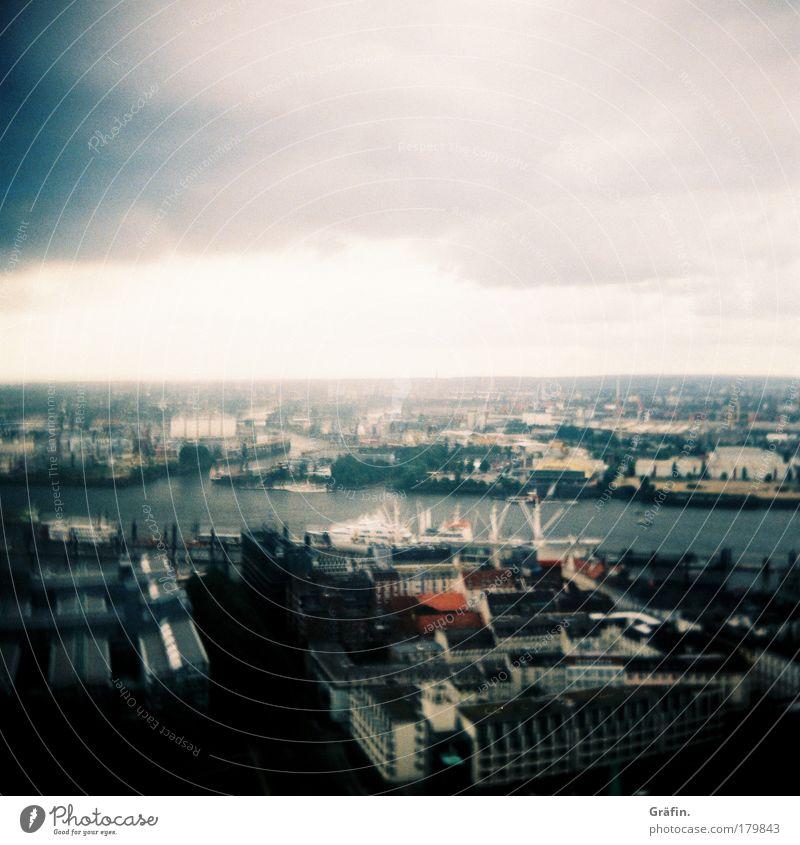 Es war einfach zu windig... blau Stadt Wolken Haus grau Regen Wind Tourismus Hamburg beobachten Hafen Sehnsucht Aussicht Skyline entdecken Fernweh