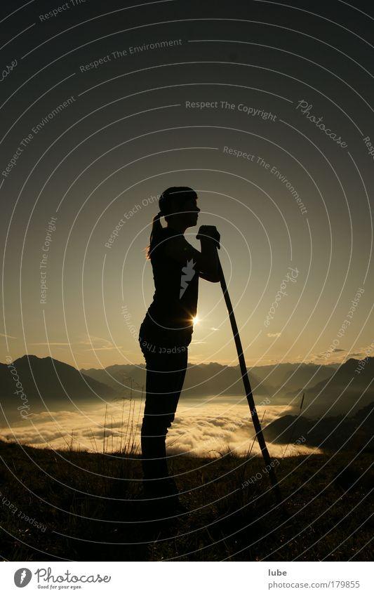 Hirtenmadl Mensch Jugendliche Ferne feminin Berge u. Gebirge Denken Landschaft Stimmung warten wandern Nebel Tourismus stehen beobachten Schönes Wetter