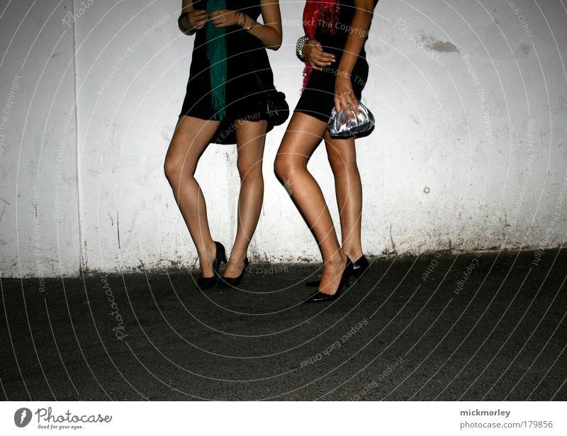 the girls are wating Mensch Jugendliche schön Freude Erwachsene feminin Freiheit Beine Mode Feste & Feiern Freizeit & Hobby stehen Lifestyle Coolness 18-30 Jahre Kleid