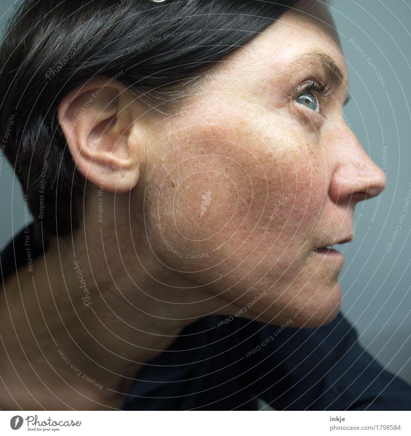 Nahaufnahme Frauengesicht Erwachsene Leben Gesicht Ohr 1 Mensch 30-45 Jahre hören Blick Gefühle achtsam Wachsamkeit gewissenhaft Neugier Interesse Sinnesorgane