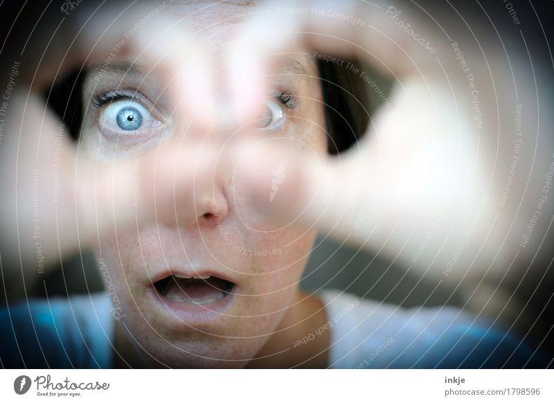 AHAAAAAA ! Lifestyle Freizeit & Hobby Frau Erwachsene Leben Gesicht 1 Mensch beobachten entdecken Blick nah Neugier Gefühle Wachsamkeit Interesse Überraschung