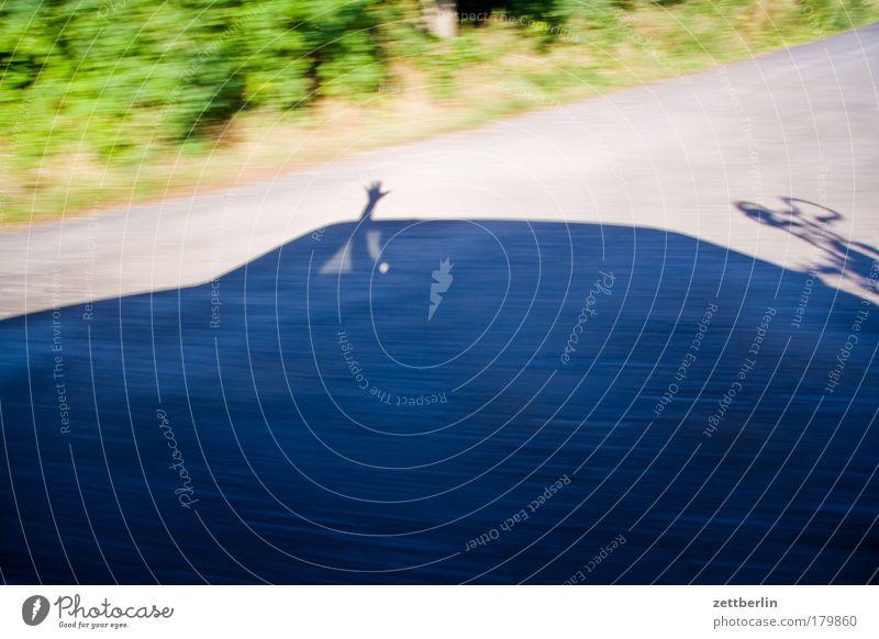 Kurzer Gruß Hand Ferien & Urlaub & Reisen Straße PKW Geschwindigkeit Reisefotografie Textfreiraum Straßenverkehr winken Gruß Kommunizieren Straßengraben