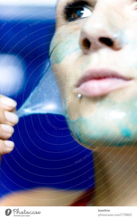 schlangenmädchen Haut Kosmetik Maske Wellness feminin Frau Erwachsene Gesicht 1 Mensch berühren Erholung glänzend Reinigen ästhetisch blau Farbe Inspiration