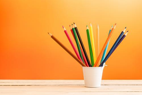Farbbleistifte in einem weißen Eimer blau Farbe grün rot schwarz gelb Holz Kunst Menschengruppe braun rosa Design Arbeit & Erwerbstätigkeit hell