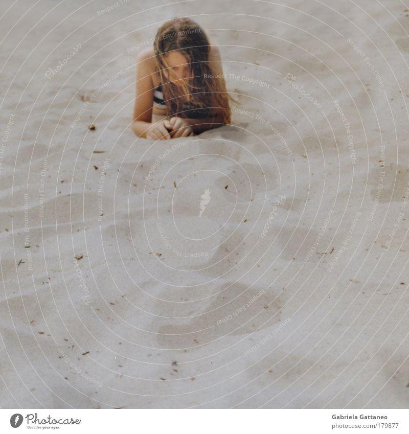 Sand Mensch Natur Meer Einsamkeit ruhig Strand Leben feminin Gefühle Haare & Frisuren Kopf Stimmung Zufriedenheit Idylle geheimnisvoll Frieden