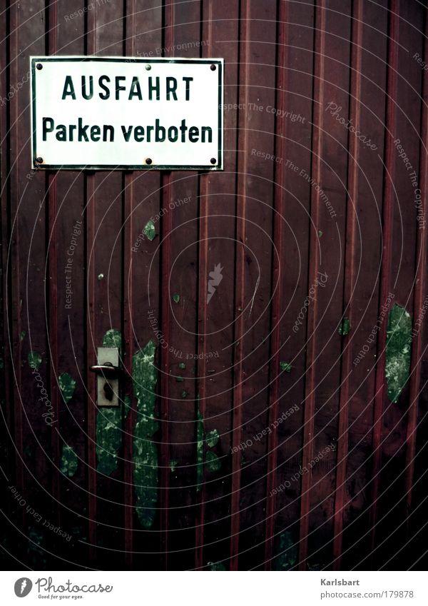 parken. verboten. Haus Straße Wand Mauer Metall Linie Fassade Schilder & Markierungen Design Verkehr ästhetisch Schriftzeichen verrückt Lifestyle Häusliches Leben Hinweisschild