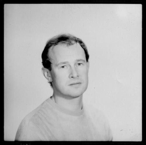 Portrait Schwarzweißfoto Studioaufnahme Nahaufnahme Hintergrund neutral Kunstlicht Licht Schatten Totale Porträt Oberkörper Vorderansicht Blick in die Kamera