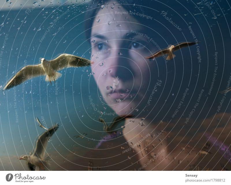 junge Frau in der Depression nahe dem Fenster schön Gesicht Meer Winter Mensch Mädchen Erwachsene Hand Kunst Regen Behaarung Vogel Tropfen Traurigkeit nass
