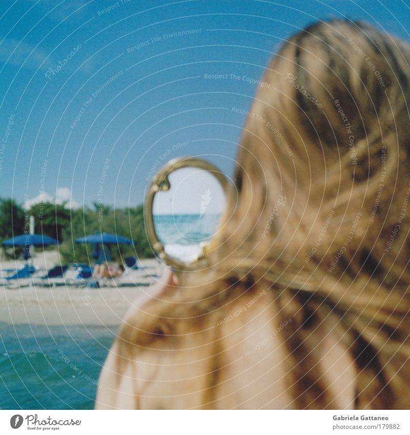 Spiegelsee Mensch Wasser blau Sommer Strand feminin Gefühle Haare & Frisuren Kopf Sand braun Haut glänzend beobachten Spiegel Unendlichkeit