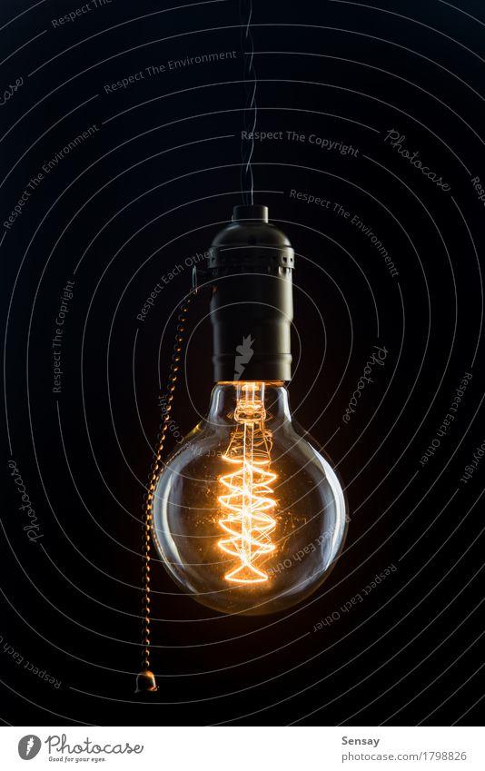 Vintage Glühbirne von Edison Typ Stil Lampe Tube alt dunkel hell retro braun gelb rot schwarz Idee Knolle Licht altehrwürdig erhängen Hintergrund Glanz glühen