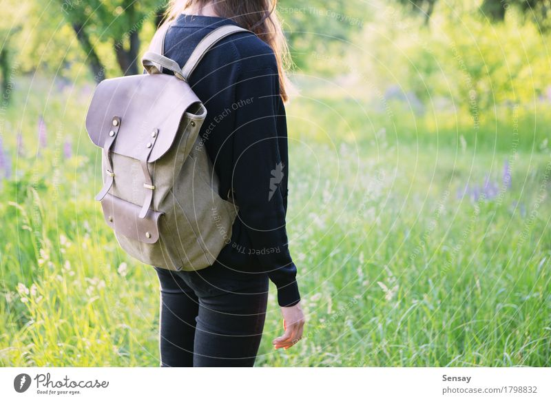 Junge Frau, die im Park mit Rucksack wandert Glück schön Ausflug Sommer Sonne wandern Schule Mensch Mädchen Erwachsene Jugendliche Natur Straße Leder Lächeln