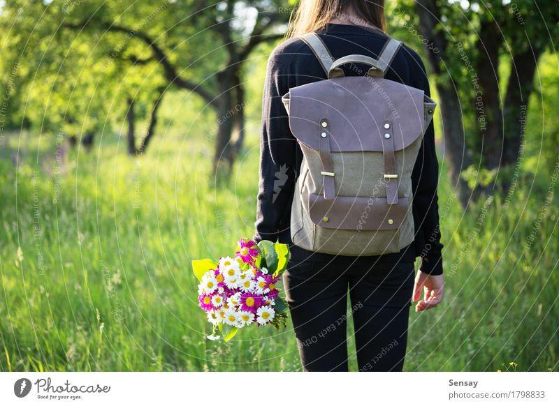 Frau, die in der Hand mit Rucksack und Blumen wandert Glück schön Ausflug Sommer Sonne wandern Schule Mensch Mädchen Erwachsene Jugendliche Natur Park Straße