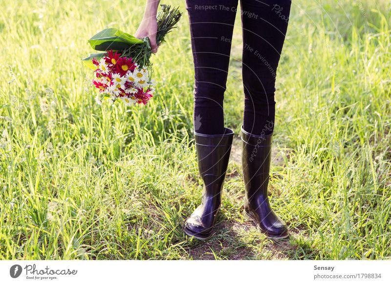 Mädchen in den Regenstiefeln mit den Blumen im Freien schön Sommer Frau Erwachsene Hand Natur Herbst Mode Leder Schuhe Stiefel gelb grün weiß anhaben