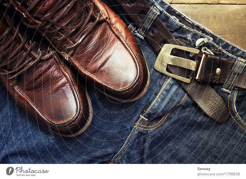 Jeans Gürtel und Schuhe auf Holzbrett gesetzt Ferien & Urlaub & Reisen Mann alt blau schwarz Erwachsene Stil Mode braun retro Bekleidung Jeanshose Stiefel