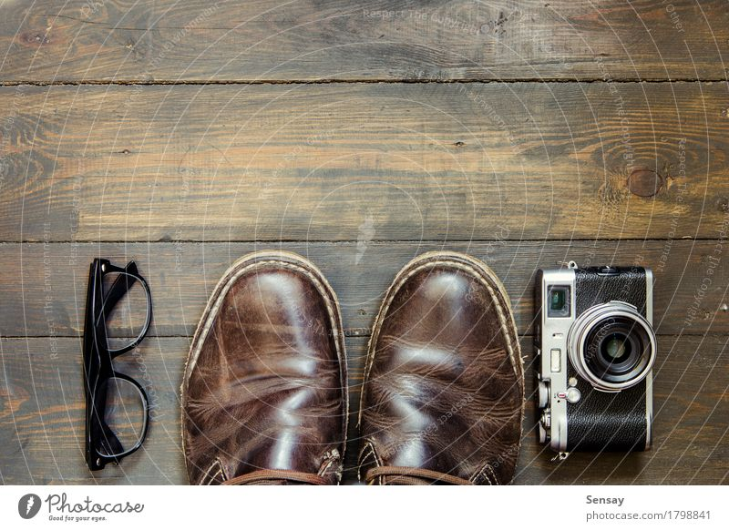 Ferien & Urlaub & Reisen Mann Erwachsene Leben Stil Holz Mode braun Design Tourismus modern retro Schuhe Bekleidung Fotokamera Tapete