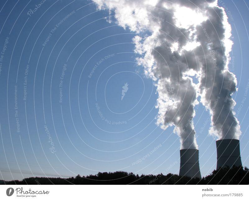 energiewolken blau schwarz dunkel grau dreckig Beton groß Horizont Industrie Energiewirtschaft Elektrizität bedrohlich Warmherzigkeit Industrieanlage Umweltverschmutzung Optimismus