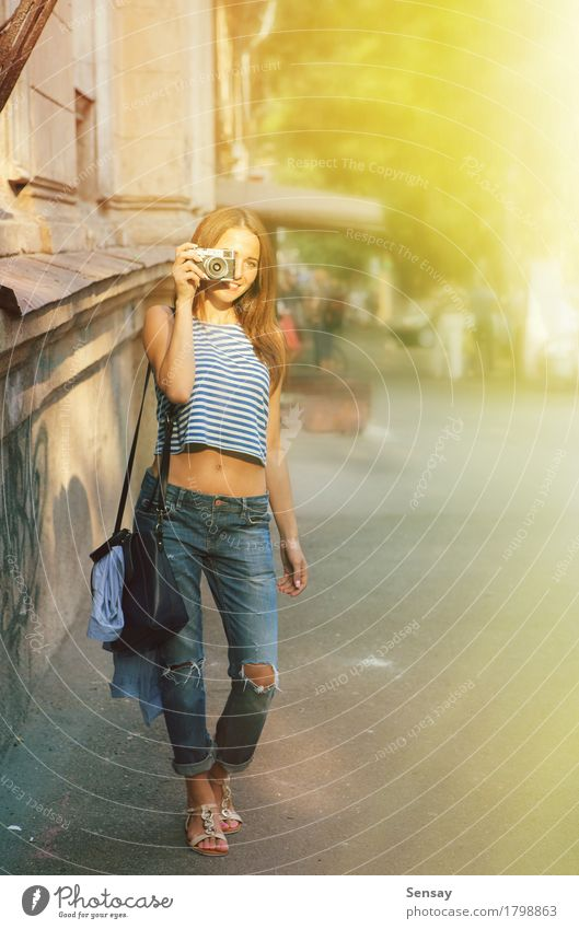 Mädchen, das auf der europäischen Straße fotografiert Lifestyle Freude Glück schön Gesicht Ferien & Urlaub & Reisen Tourismus Sommer Fotokamera Frau Erwachsene