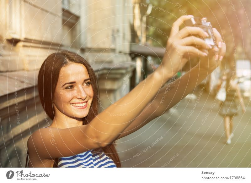 Hübsches Mädchen, das selfie auf Straße nimmt Mensch Frau Ferien & Urlaub & Reisen Sommer schön weiß Sonne Hand Freude Gesicht Erwachsene Herbst Glück Mode