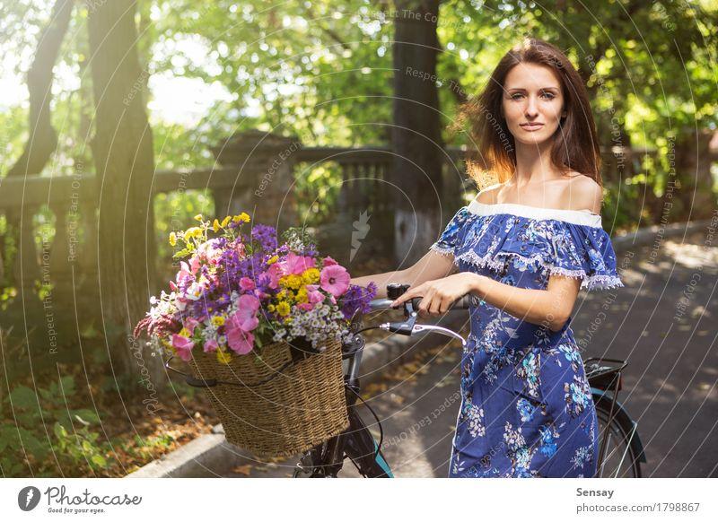 Mädchen mit einem Fahrrad und einem Korb von Blumen Mensch Frau Himmel Natur Ferien & Urlaub & Reisen alt Sommer grün schön Sonne Baum Landschaft Erwachsene