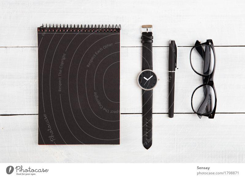 Notizblock, Uhren, Stift und Gläser auf dem Schreibtisch Ferien & Urlaub & Reisen Mann alt weiß schwarz Erwachsene Holz Business Design Tourismus
