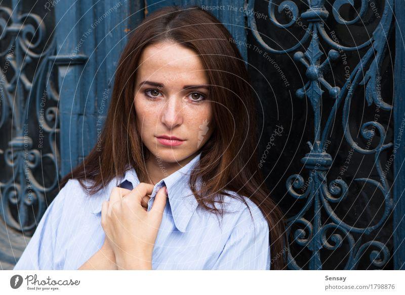 Mädchen in der Krise auf blauem Hintergrund schön Gesicht Kind Mensch Frau Erwachsene Jugendliche Behaarung Traurigkeit dunkel lang niedlich schwarz weiß