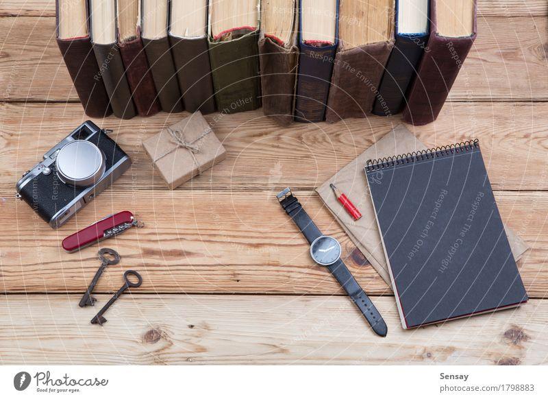 hölzerner Desktop mit Büchern, Kamera, Uhr und Geschenkbox Lifestyle Holz Business Schule Design Arbeit & Erwerbstätigkeit Textfreiraum Büro Ausflug Aussicht