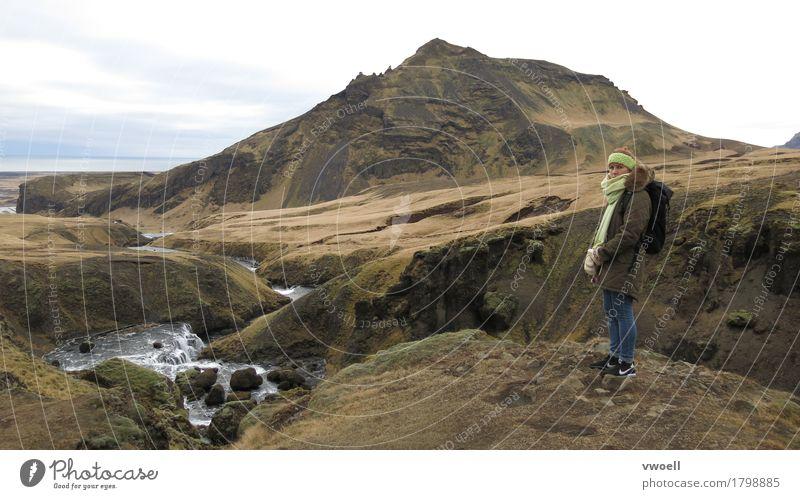 Island wandern hiking Mensch feminin 1 Natur Landschaft Herbst Wetter schlechtes Wetter Moos Hügel Felsen Berge u. Gebirge island Vulkan Insel Fluss atmen