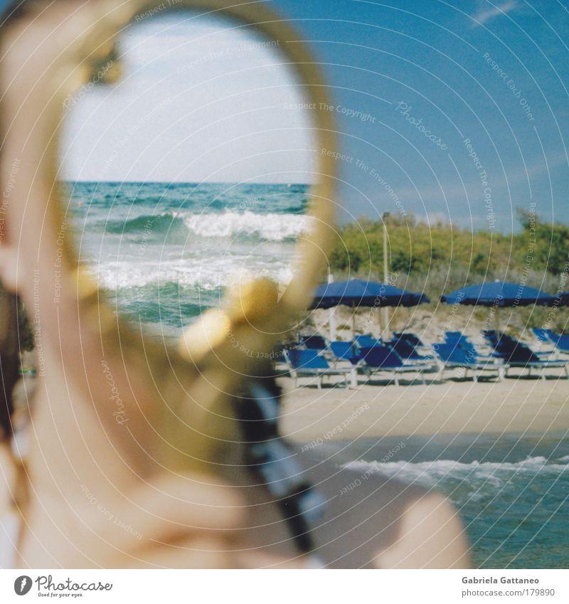 Wellen im Kopf Farbfoto Außenaufnahme Tag Reflexion & Spiegelung Sonnenlicht Unschärfe Zentralperspektive geschlossene Augen feminin Haut Hand Finger Luft