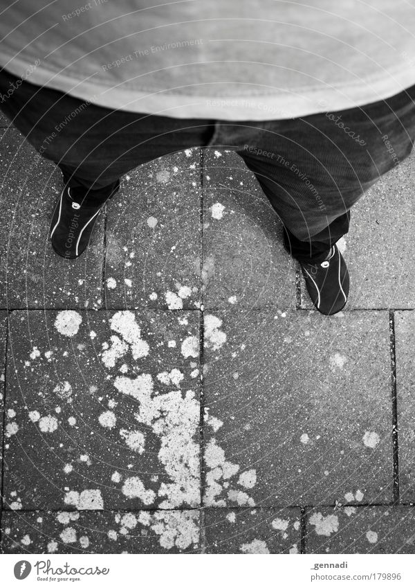 Endlos lange Beine Schwarzweißfoto Außenaufnahme Textfreiraum unten Tag Kontrast Vogelperspektive maskulin Mann Erwachsene Bauch 1 Mensch stehen Asphalt Fleck