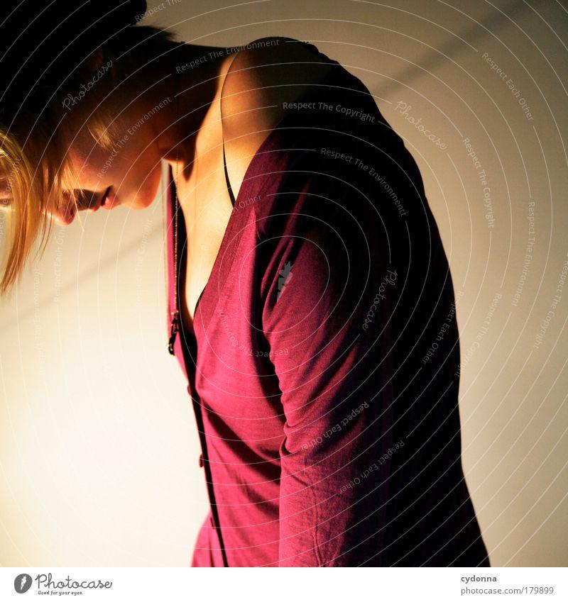 Goodnite Frau Mensch Jugendliche schön Einsamkeit ruhig Erwachsene Leben Gefühle Bewegung Stil Traurigkeit träumen Zeit elegant ästhetisch