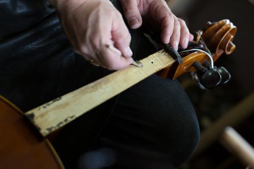 Geigenbau I Stil Musik Beruf Handwerker Arbeitsplatz Mensch Kunst Künstler Beginn ästhetisch Geigenbauer Farbfoto Studioaufnahme Nahaufnahme Detailaufnahme