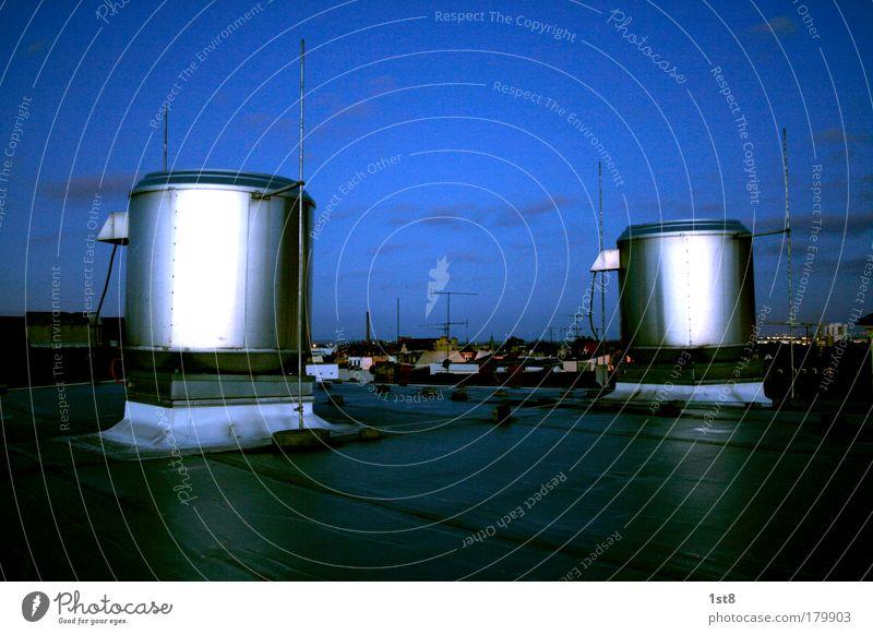nettes klima am morgen weiß blau Stadt Haus schwarz glänzend hoch Hochhaus groß modern ästhetisch Klima Energiewirtschaft Zukunft Industrie
