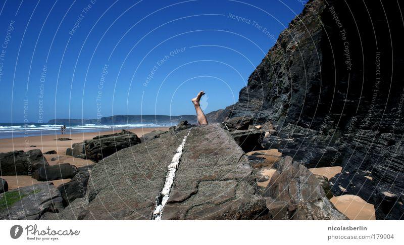 versteckt Himmel Ferien & Urlaub & Reisen Erholung Meer Einsamkeit Freude Ferne Strand Spielen Freiheit Fuß Felsen Horizont maskulin Zufriedenheit