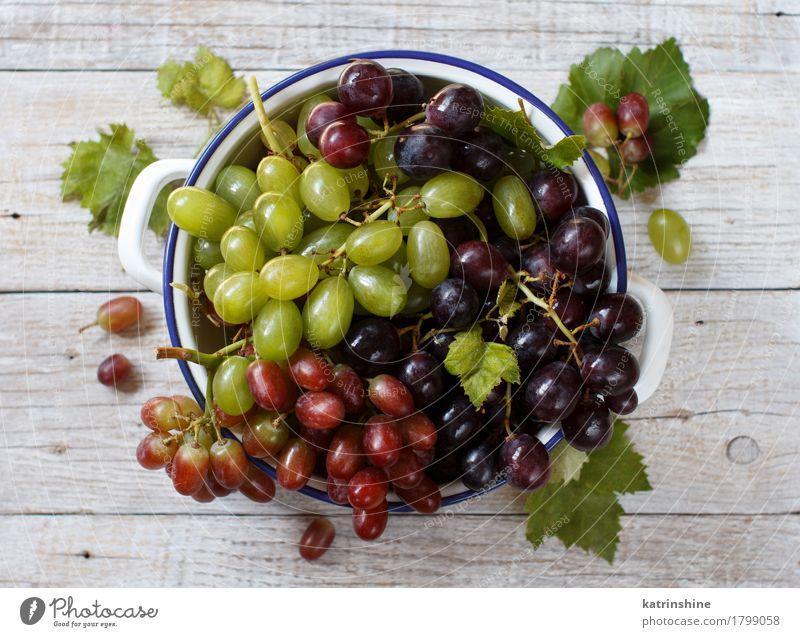 Weiße, rote und blaue Trauben in einer Schüssel Frucht Ernährung Schalen & Schüsseln Tisch dunkel frisch retro grau grün Ackerbau Beeren Lebensmittel