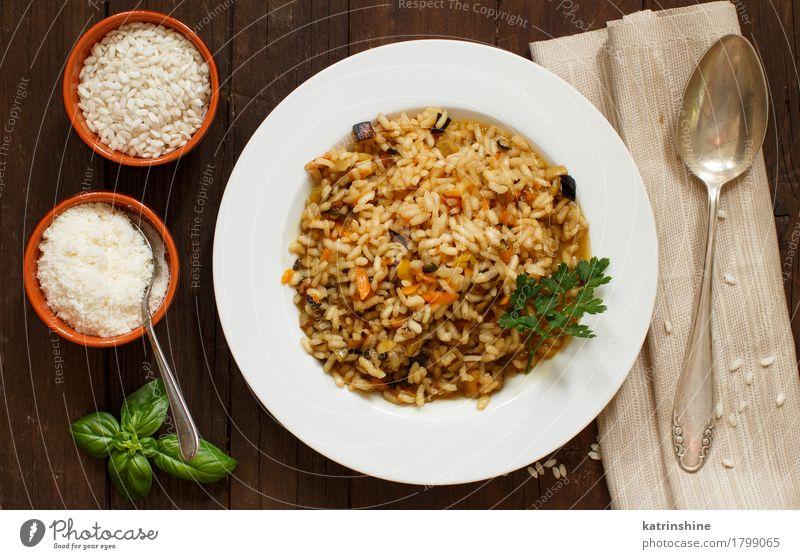 Risotto mit Gemüse und Gewürzen Getreide Kräuter & Gewürze Ernährung Mittagessen Abendessen Vegetarische Ernährung Diät Italienische Küche Teller Löffel