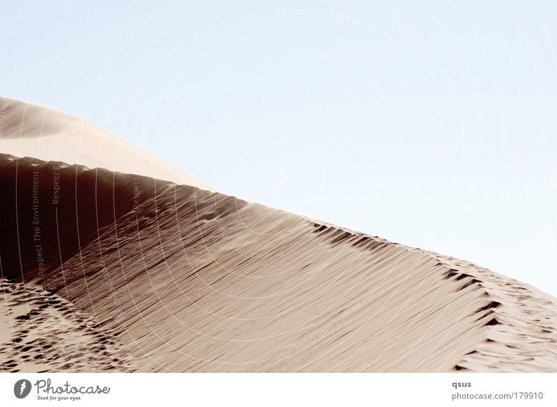 Gratwanderung ruhig Einsamkeit Wärme Sand Wind Wüste Düne Fußspur Spuren Kurve verloren Dürre Überbelichtung verweht schleichen Schattenseite