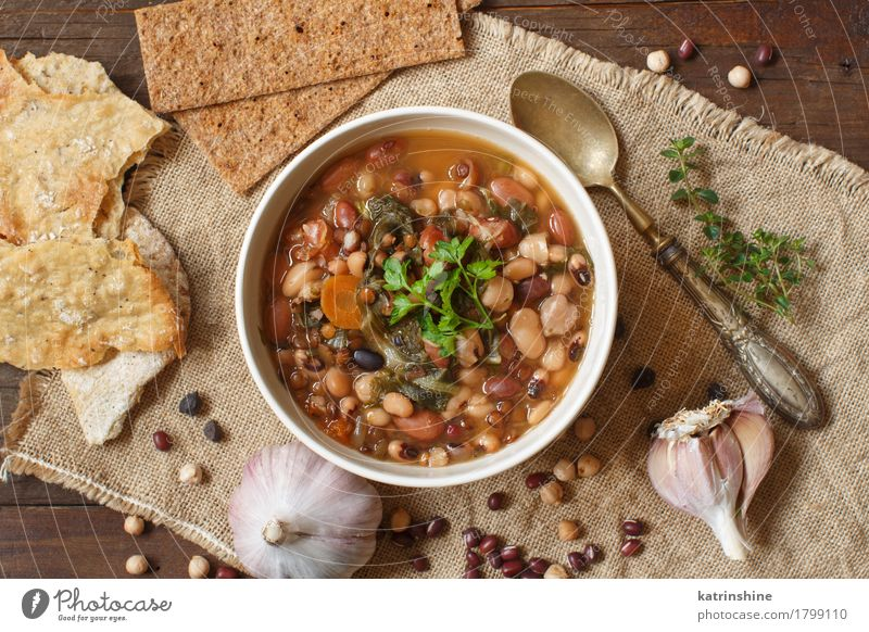 Gekochte Hülsenfrüchte und Gemüse in einer Schüssel grün weiß rot Speise natürlich Holz braun Ernährung Kräuter & Gewürze kochen & garen lecker Brot