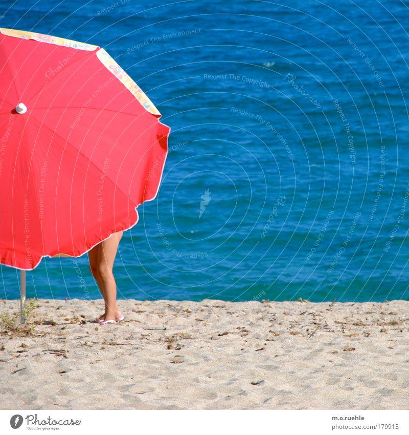 abgeschirmt Mensch Wasser Meer rot Sommer Strand feminin Sand Luft Beine Wellen Insel Sonnenschirm Schönes Wetter Mittelmeer Sardinien