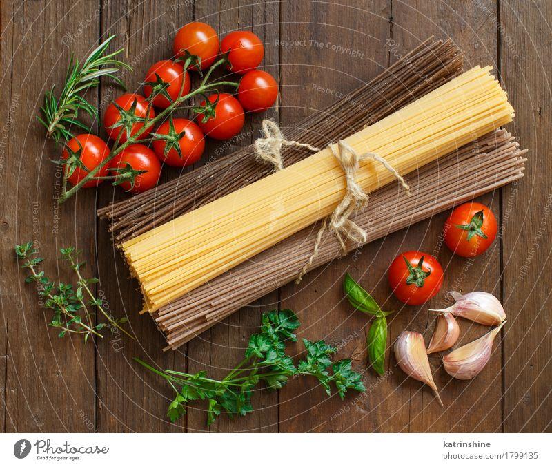 Drei Arten von Spaghetti, Tomaten und Kräutern Gemüse Teigwaren Backwaren Kräuter & Gewürze Ernährung Tisch alt braun grün rot Land Essen zubereiten kulinarisch