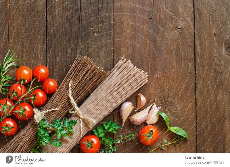Drei Arten von Spaghetti, Tomaten und Kräutern Gemüse Teigwaren Backwaren Kräuter & Gewürze Ernährung Tisch braun grün rot Land Essen zubereiten kulinarisch