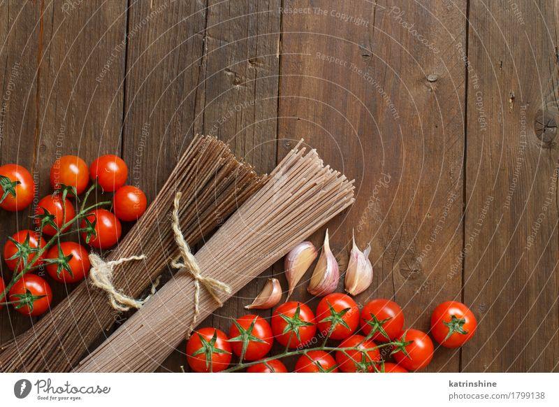 Zwei Arten von Spaghetti, Tomaten und Knoblauch Gemüse Teigwaren Backwaren Ernährung Tisch braun rot Land Essen zubereiten kulinarisch Lebensmittel Zutaten