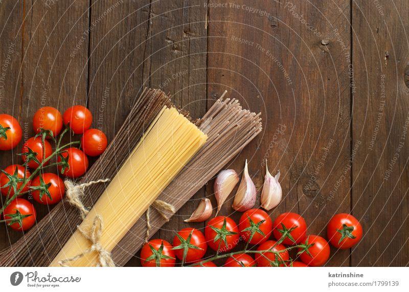 Drei Arten von Spaghetti, Tomaten und Knoblauch Gemüse Teigwaren Backwaren Ernährung Italienische Küche Tisch braun rot Land Essen zubereiten kulinarisch