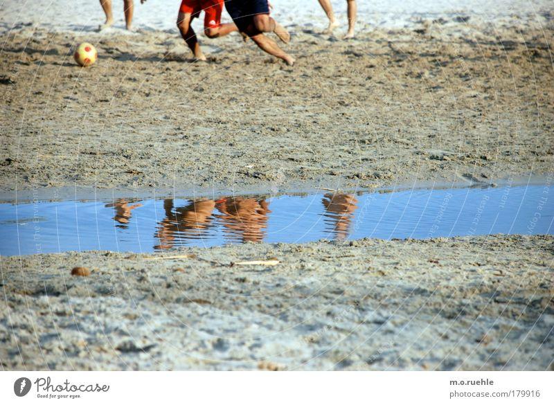 kick it like Sardegna* Farbfoto mehrfarbig Außenaufnahme Tag Reflexion & Spiegelung Spielen Fußball Sommer Sommerurlaub Sport Sportmannschaft Mensch maskulin